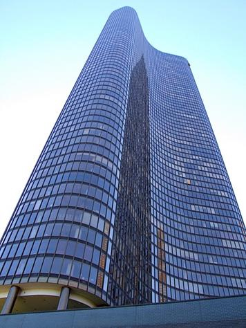 http://thechicagorealtyblog.files.wordpress.com/2012/11/lake_point_tower.jpg